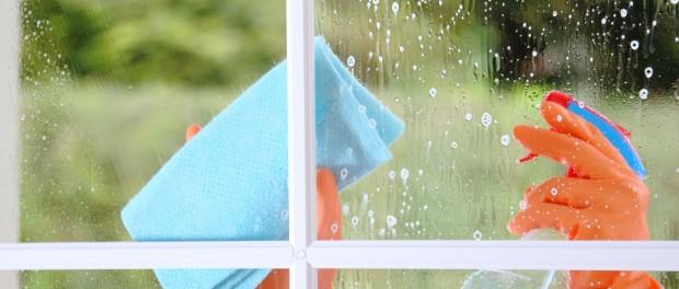 Fensterputzen und Fett abbauen